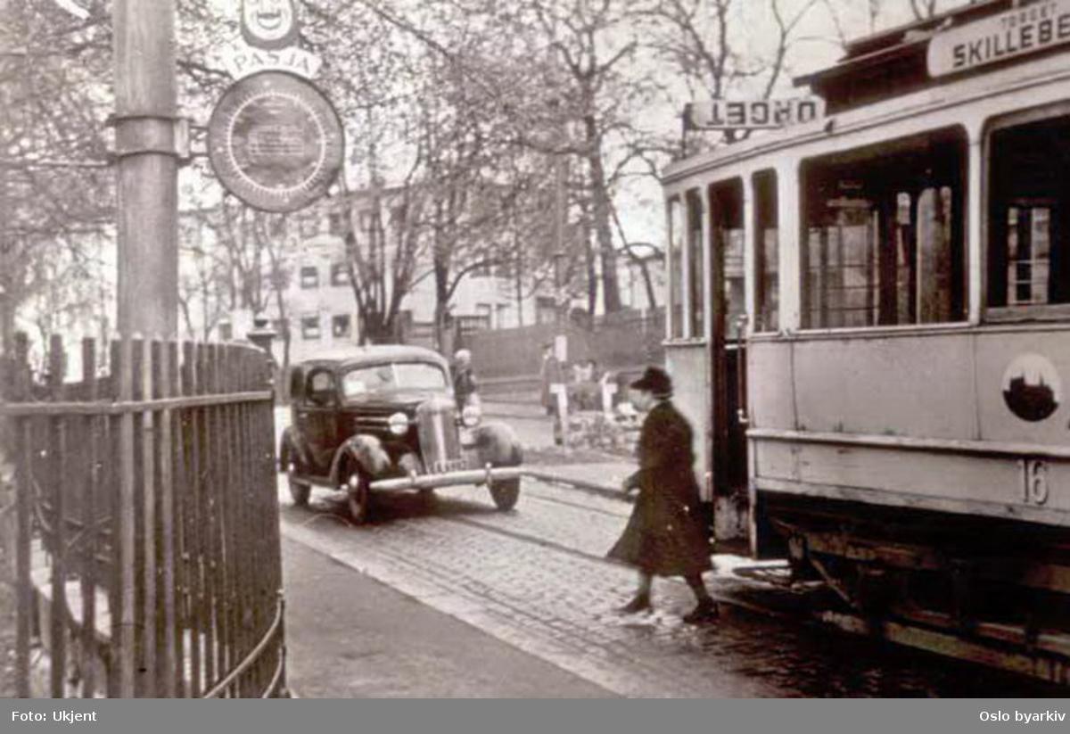 Oslo Sporveier. Trikk motorvogn 16 type AEG på linje 17, Skillebekk-Rodeløkka, her på stoppestedet i Drammensveien ved Munkedamsveien. Bil venter.