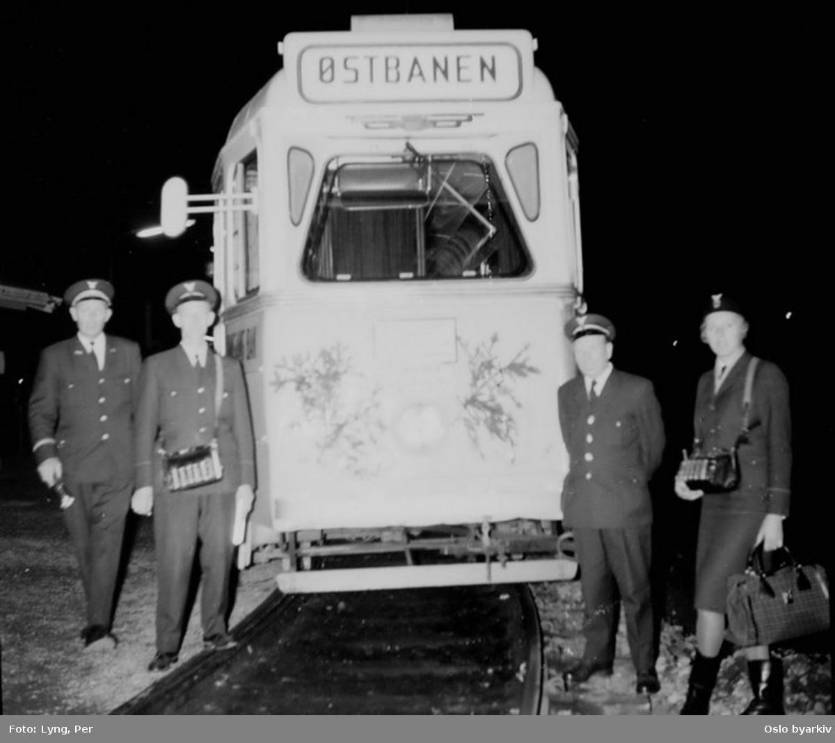 """Oslo Sporveier. Bølertrikken, trikk motorvogn 252 type Høka MBO på linje 3, Bøler-Østbanen. Aller siste trikk er klar for avgang på Østensjøbanen natta mellom 27. og 28. oktober 1967. Vognbetjeningen poserer foran trikken. Kontrollør med lommelykt skal se til at """"alt går riktig for seg"""". (T-banedrift til Skullerud senere samme år.)"""