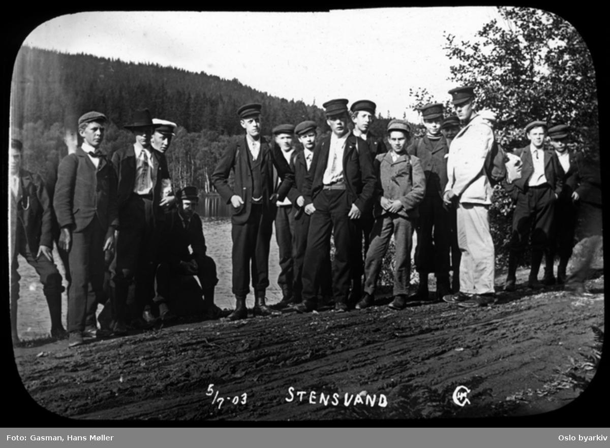 En gruppe menn og ungdommer poserer for fotografen, 5. juli 1903, Ved Stensvann eller Steinsvann, sannsynligvis i Bærum