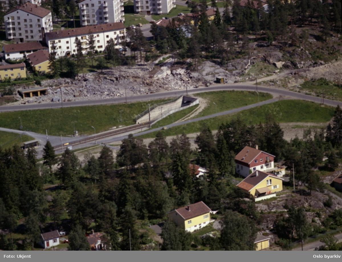 Munkelia stasjon (t-bane) går under Langbølgen. Mikrobølgen til høyre, Kaptein Oppegaards vei foran til høyre. I bakgrunnen Mellombølgen. (Flyfoto)