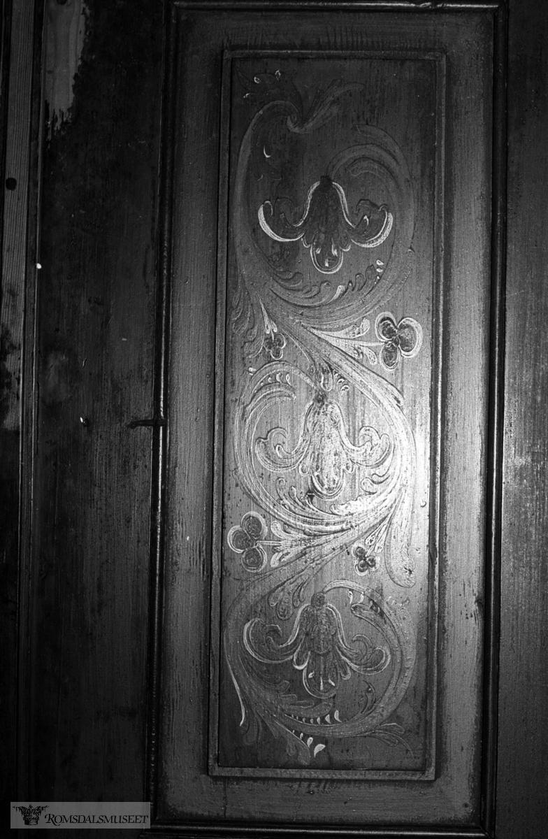 Skatoll frå Øverås, Eresfjord. Asbjørn Olav Øverås eig skatollet. Han trur det er Alsak Jonsen Hoem (sjå bilde 2241 og 2242) som har måla skatollet, øen om så er tilfellet, har han lagt om skrifta si stekt. MBDA=Marit Bårdsdatter Aase (Øverås)