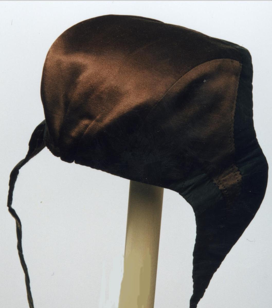 Rutet fòr. Knyttebånd. Røros fasong. Opplysninger gitt av faglærer ved Kunsthåndverksskolen på Røros, Eva Wahl Sandnes, november-1977.