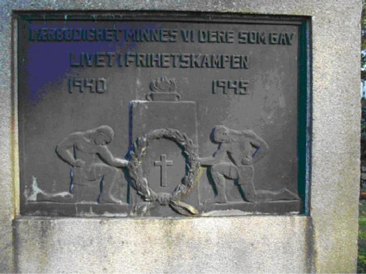Granittbauta med inskripsjon på bronseplate