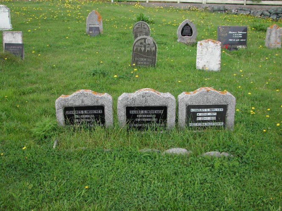 Dei 3 like steinane har rektangukær form i lyst steinmateriale.med pålimt svart marmorplate i fronten der namna står i lyse felt. Over teksten er det gravert inn en tekst. Overkanten av steinane er bølgeforma.