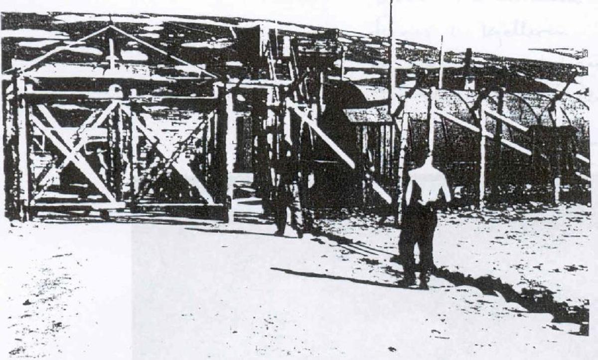 Minnesmerket ble satt opp av overlevende medfanger i 1945, men ble sprengt i 1950 under Operasjon Asfalt.