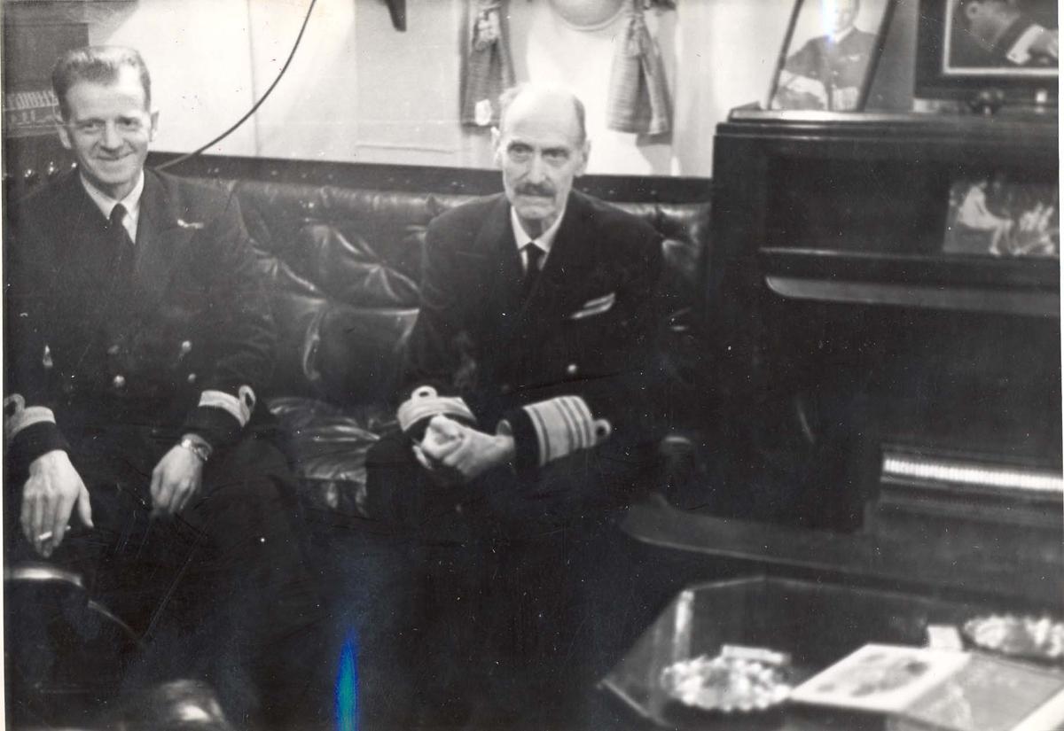 """Jageren """"Stord"""".  HM Kong Haakon på inspeksjon under 2. VK."""