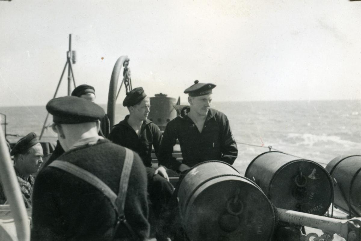 """Album Glaisdale H.Nor.M.S. """"Glaisdale"""". Fotograf: Knutdzon. Dypvannsbombe gjøres klar til bruk."""
