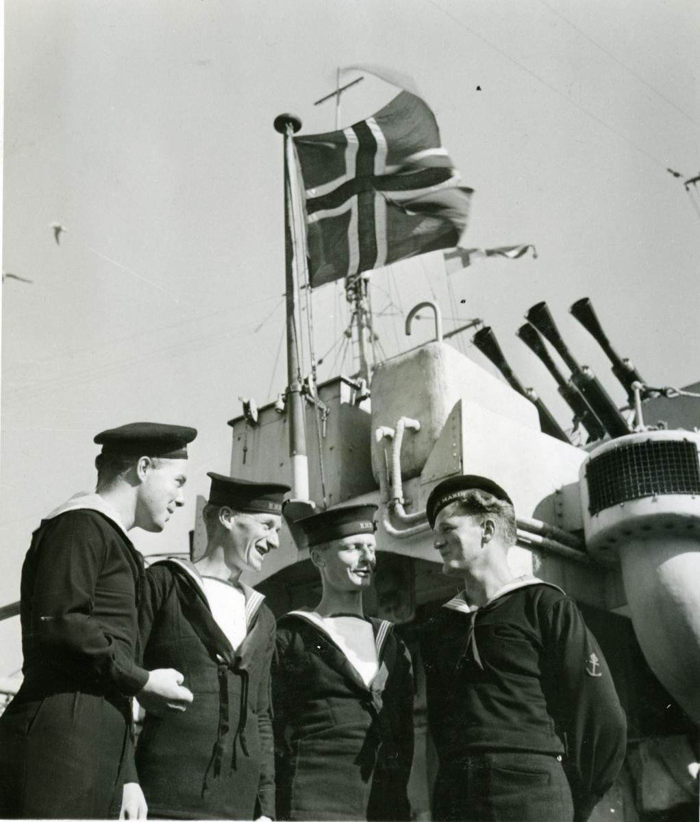 """Album Glaisdale H.Nor.M.S. """"Glaisdale"""". Fotograf: Keystone press. To Engelske og to Norske seilere."""