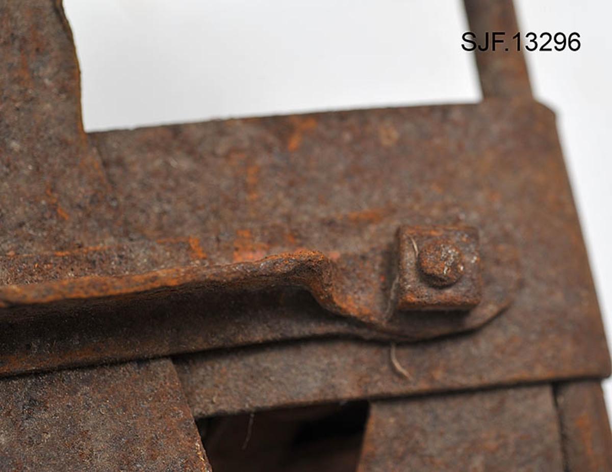 Trugesett for hest, altså fire stykker.  Trugene er lagd av jern.  Rammene er lagd av rør med cirka 1, 1 centimeters diameter.  Disse rørene er bøyd i tilnærmet rektangulær form, men med noen avrundete hjørner.  Hver truge er om lag 30 centimeter lang og 24, 5 centimeter bred, og har dermed ei bæreflate på drøyt 700 kvadratcentimeter.  Formen holdes stabil ved hjelp av jernband som er bøyd rundt rammerørene og klinket sammen.  To slike band går på tvers av trugene (i bredderetningen) mens det i lengderetningen er lagt band i M- eller W-mønster (avhengig av hvilken veg trugene holdes, M hvis de betraktes skrått bakfra).  De bakerste tverrbandene har kanter som er bøyd oppover, antakelig for å kunne tjene som anlegg for hakene på skogshestens vintersko.  Gjennom de brede tverrbandene noe lengre fram på trugene er det ført jernører med gjennombrutte hull for hengslingslekker for bøyler som ble lagt over hornveggene på hestens framføtter.  Den ene bøylehalvdelen har T-formet tverrsnitt med hakk i overkant og lærfôringer på undersida (festet med ståltråd).  Ei truge mangler slik fôring, de andre er stive og sprø etter mange års tørk uten tilførsel av nye fettstoffer.  Den andre halvdelen av bøylemekanismen består av en lang, buet kjettinglekk med ei dreibar klype med ei gjennomgående nagle like bak hengslingspunktet.  Denne nagla føres ned i ett av hakkene på ryggen av den andre bøylehalvdelen, hvoretter endeleddet presses ned.  Dermed låses truga godt til foten på hesten.  Under tverrbandene bøylene er festet i er det montert jernstag med T-formet tverrsnitt på tvers av trugenes lengderetning.  Disse komponentene skulle antakelig redusere faren for at trugene skled på vinterføre.  De nevte tverrstagene er for øvrig festet med kvadratiske muttere på endetappene av «jernørene» som bøylene på oversida av trugene er hengslet til.  På jernet kan vi se spor av oransje lakk, men fargestoffet er i ferd med å bli fortrengt av gravrust.  Trugetypen later til å være en serieprodus