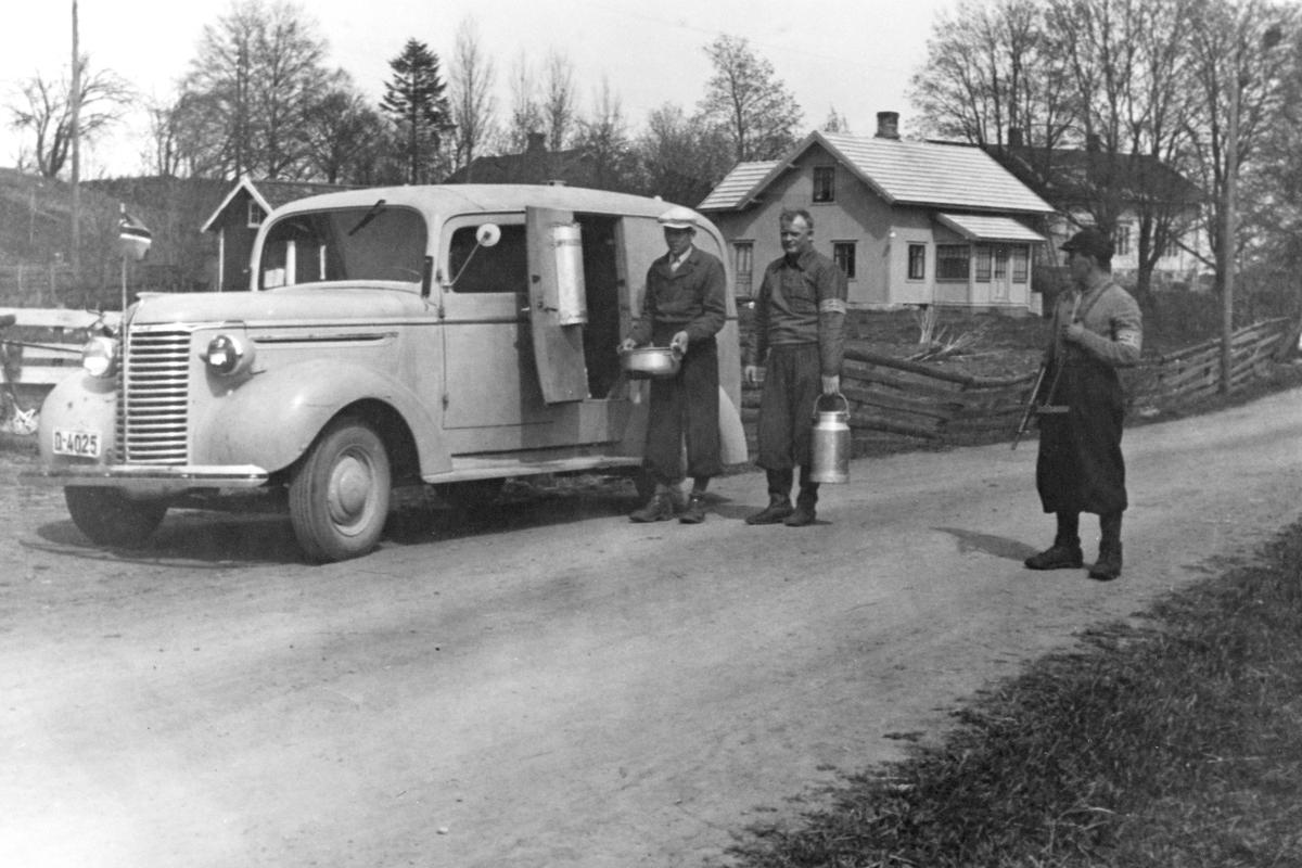 HJEMMESTYRKEN, TRANSPORT AV MAT MED VAREBIL, GRUPPE: 3 FRA VENSTRE: OLE BJØRNSTAD MED MASKINPISTOL, HUSE, HEKNE, BRYHNIHAGEN SKOLE, FREDSDAGENE. Chevrolet 1939. Reg. nr. D-4025