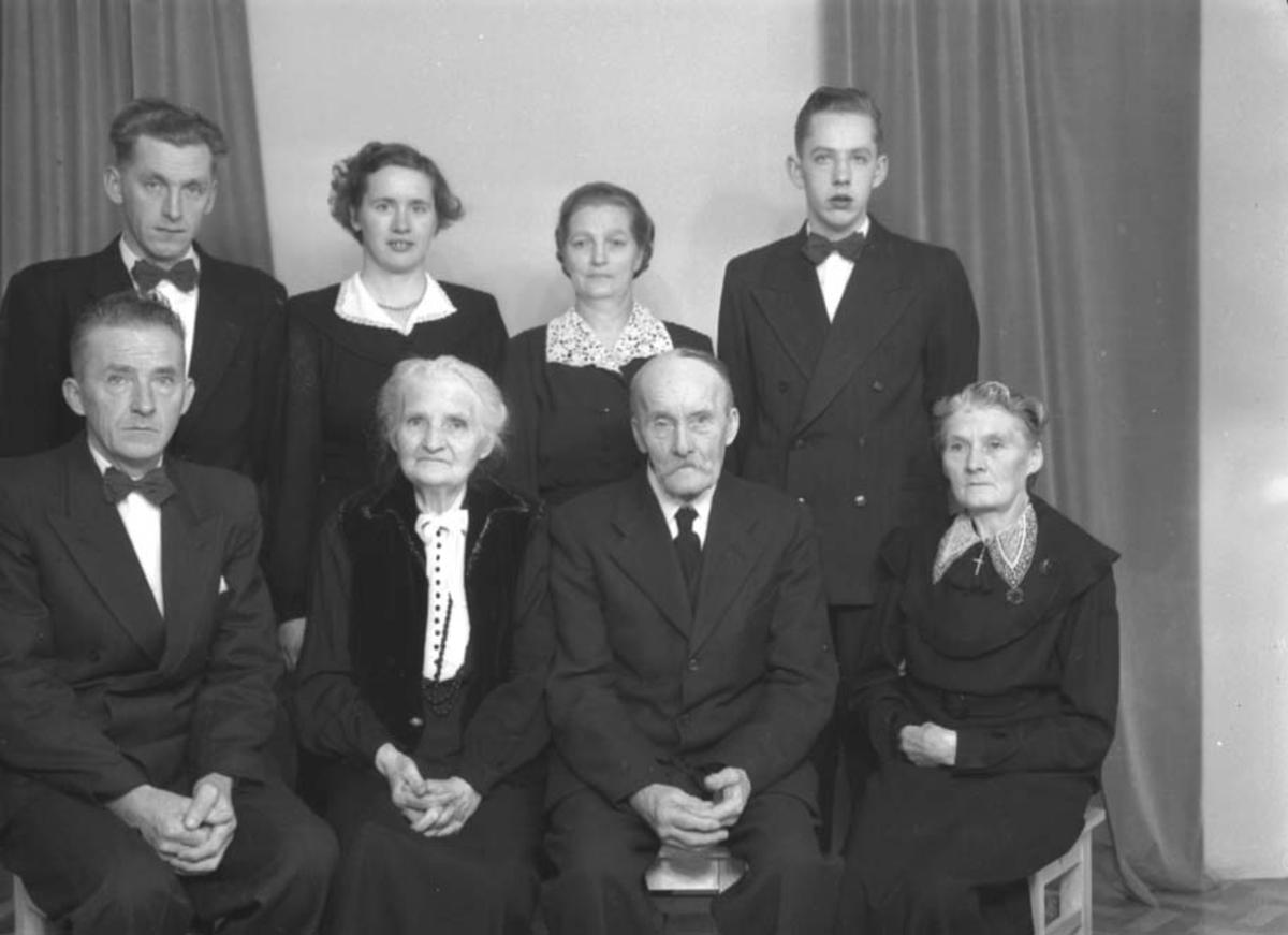 GRUPPE: 8, MARTIN HÅKONSEN MED FAMILIE, LINDBO.
