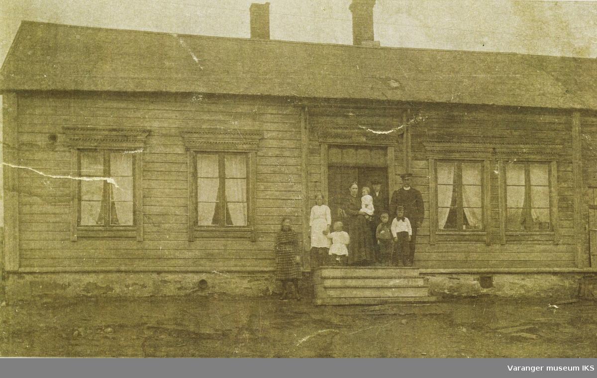 Waragården i Vadsø. Med bl.a. Nanna Korbi, Åse Haldorsen ca 1888-1900