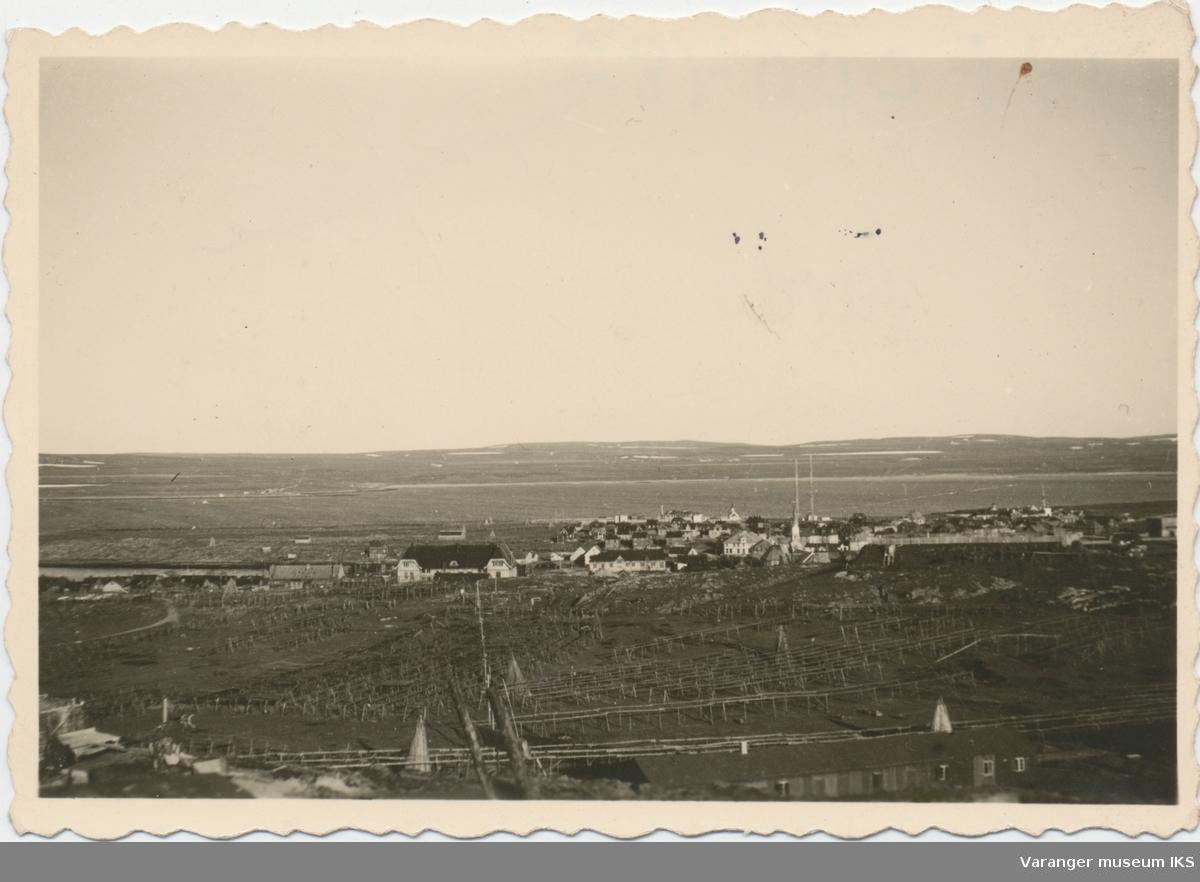 Vardø fra Vårberget. Gammelskolen i forgrunnen, Svartnes i bakgrunnen, antatt tatt av tysk soldat under krigen