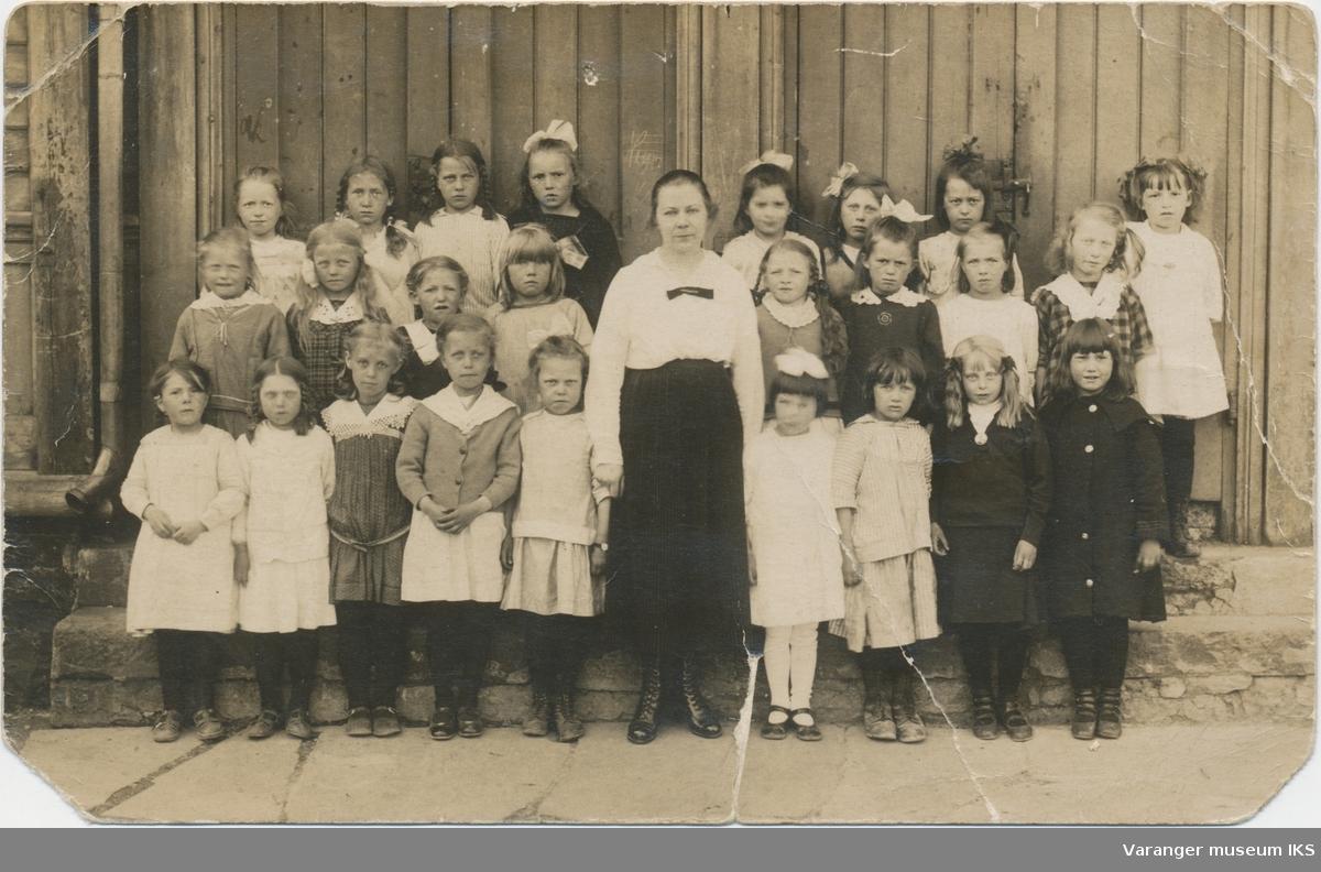 Postkort, jenteklasse ved Vardø barneskole