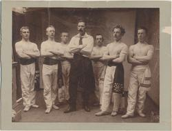 Gruppeportrett, sju turnere, 1898