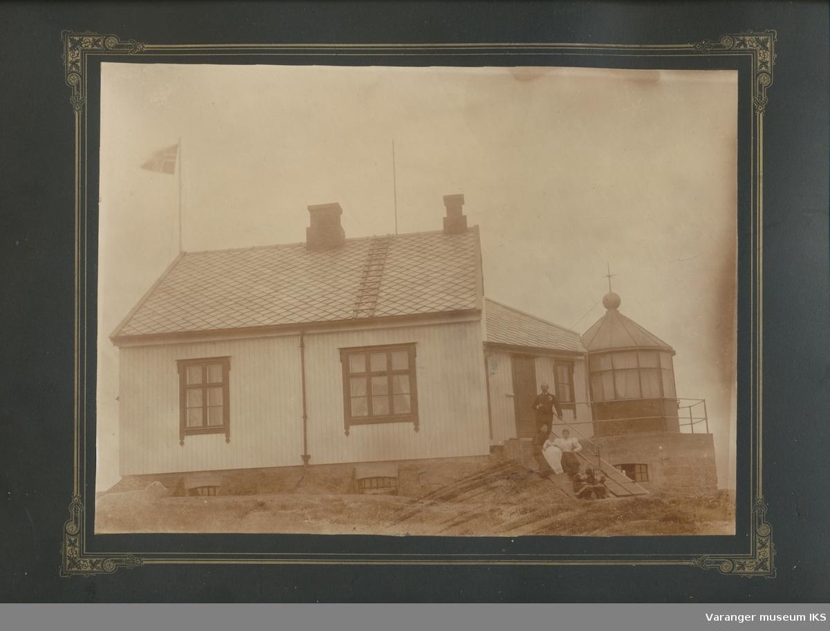 Hornøy fyr, fyrvokter Anthonisen med familie på trappen