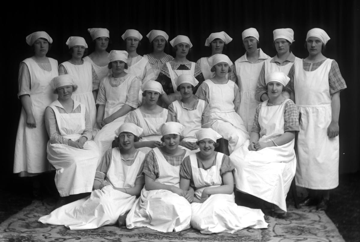 HAMAR KOMMUNALE HUSMORSKOLE, GR: 19, UKJENTE ELEVER, SOMMER 1924.