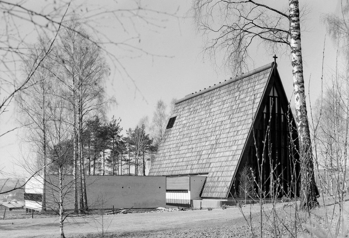 BRUMUNDDAL KIRKE 1966. FOTOGRAF EIVIN LØKKEN. 66. 137/4.