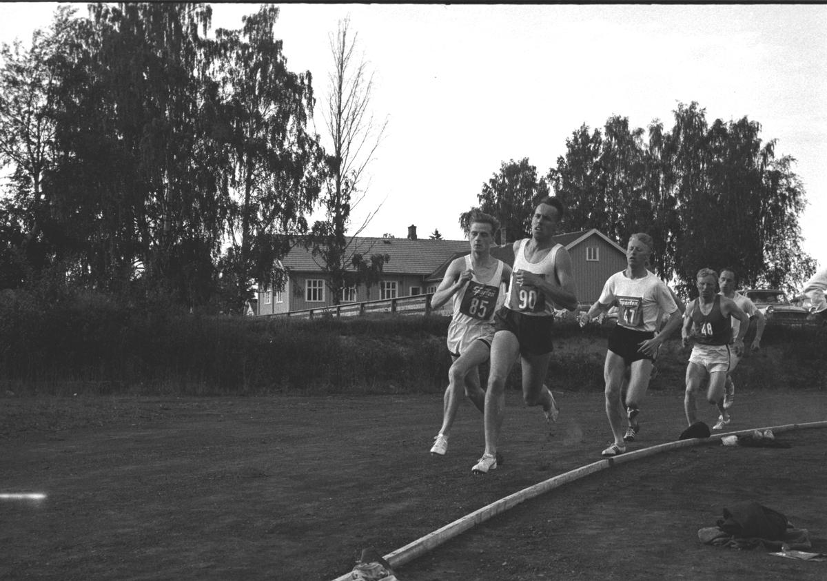 NASJONALT FRIIDRETTSSTEVNE ROMEDAL STADION. BJØRN TVEDT, VELDRE IL (NR 48). DE ANDRE UKJENTE. FRIIDRETT, LØP. STED:ROMEDAL STADION. KOMMUNE: STANGE. DATO:04. 07. 1964. FOTO:EGIL M. KRISTIANSEN