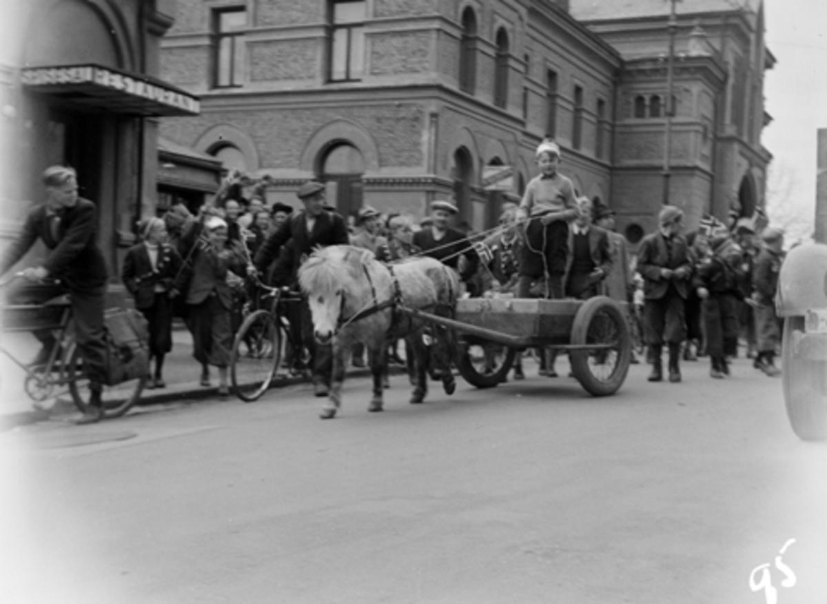 FREDSDAGENE I HAMAR, MAI 1945. En gutt i ei kjerre som blir trukket av en hest ved jernbaneplassen.
