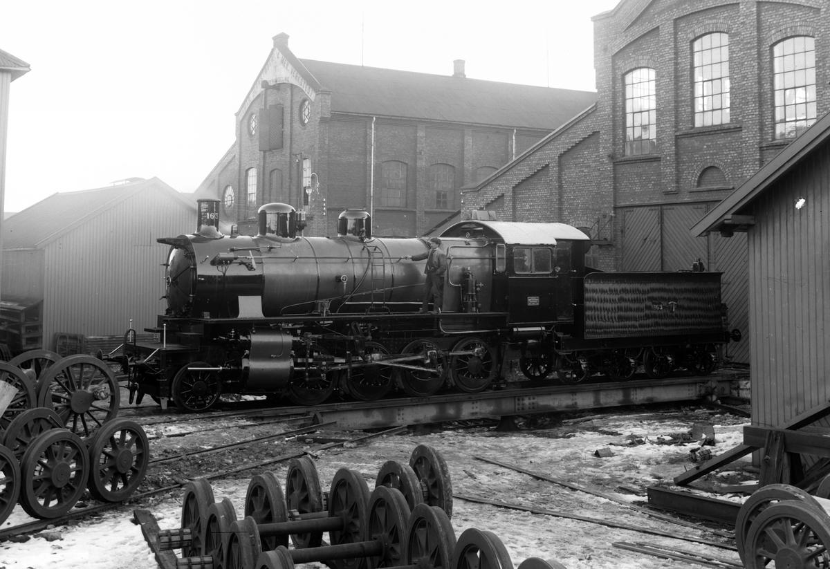 HAMAR JERNSTØPERI OG MEK. VERKSTED, HAM-JERN.  Lokomotiv nr. 163 av typen 28a som skulle settes inn i malmtrafikken på Ofotbanen. Mellom 1901 og 1937 produserte Hamjern 193 damplokomotiv og 36 elektriske lokomotiver.