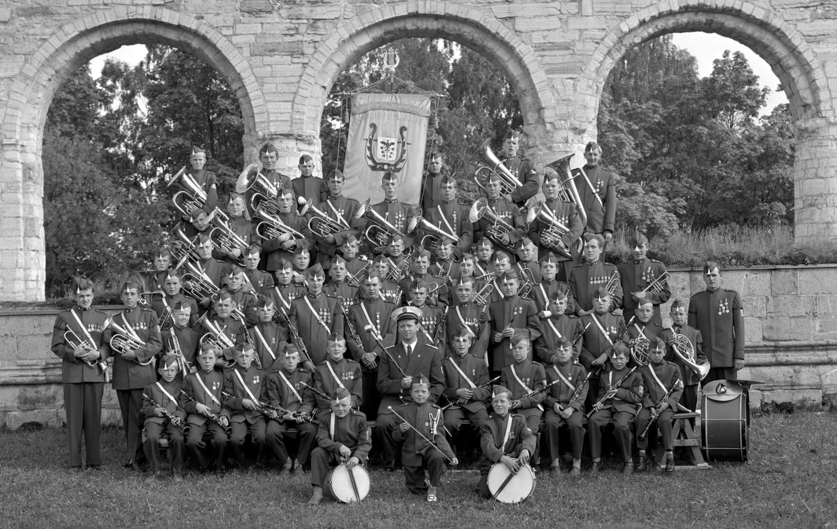 Hamar Guttemusikkorps juni 1958. Bildene er tatt ved Domkirkeruinene på Hedmarksmuseet. 3 opptak av hele korpset + 1 opptak av en gutt med klarinett. Korps, musikk, musikkorps.