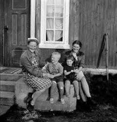 e4b2e938 Kvinner, barn. T.v Sigrun Rønning/Myrstad