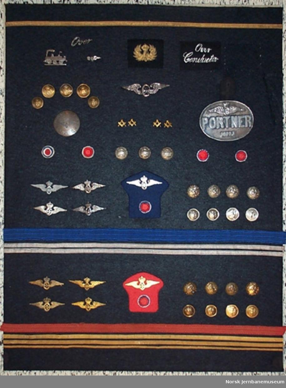 Tavle med emblemer, knapper, snorer og annet