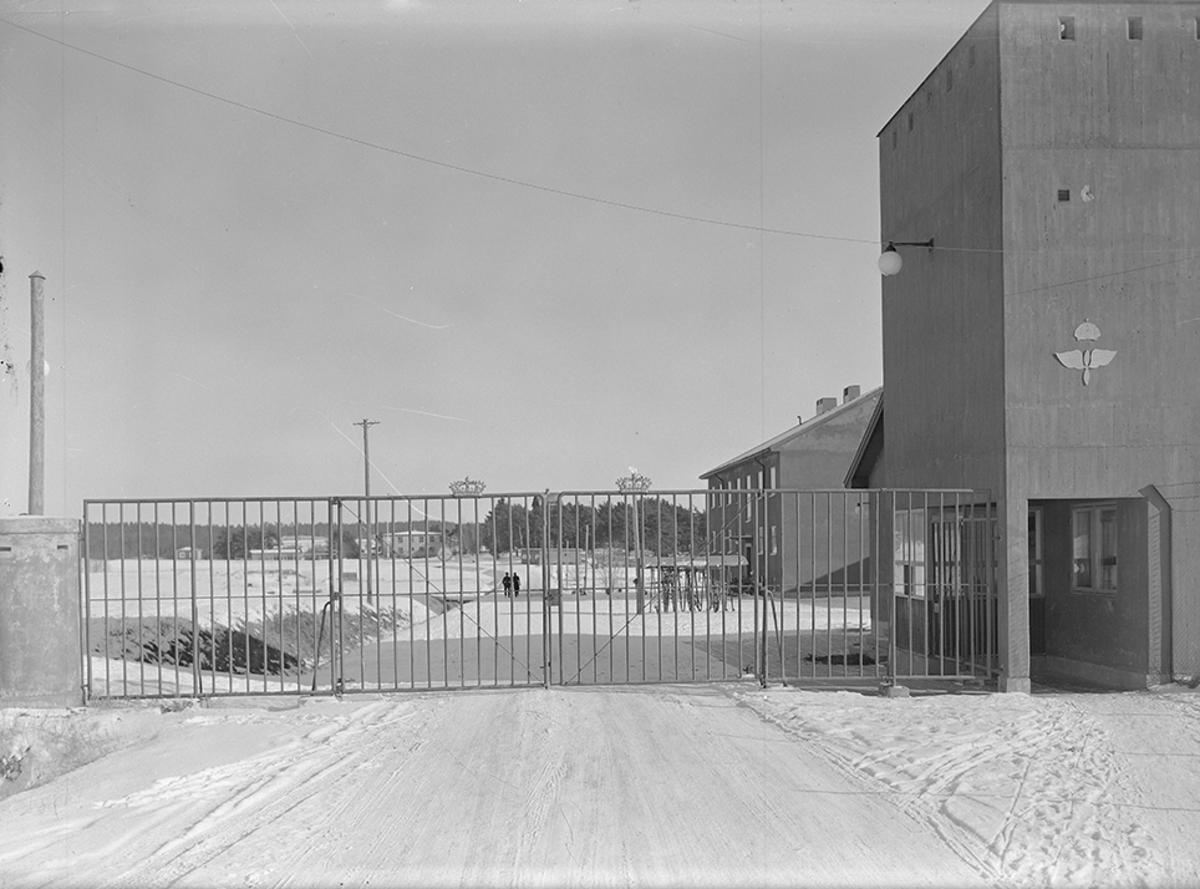 Grindar och vaktbyggnad vid ingången till F 2 flygflottilj. Vintertid.