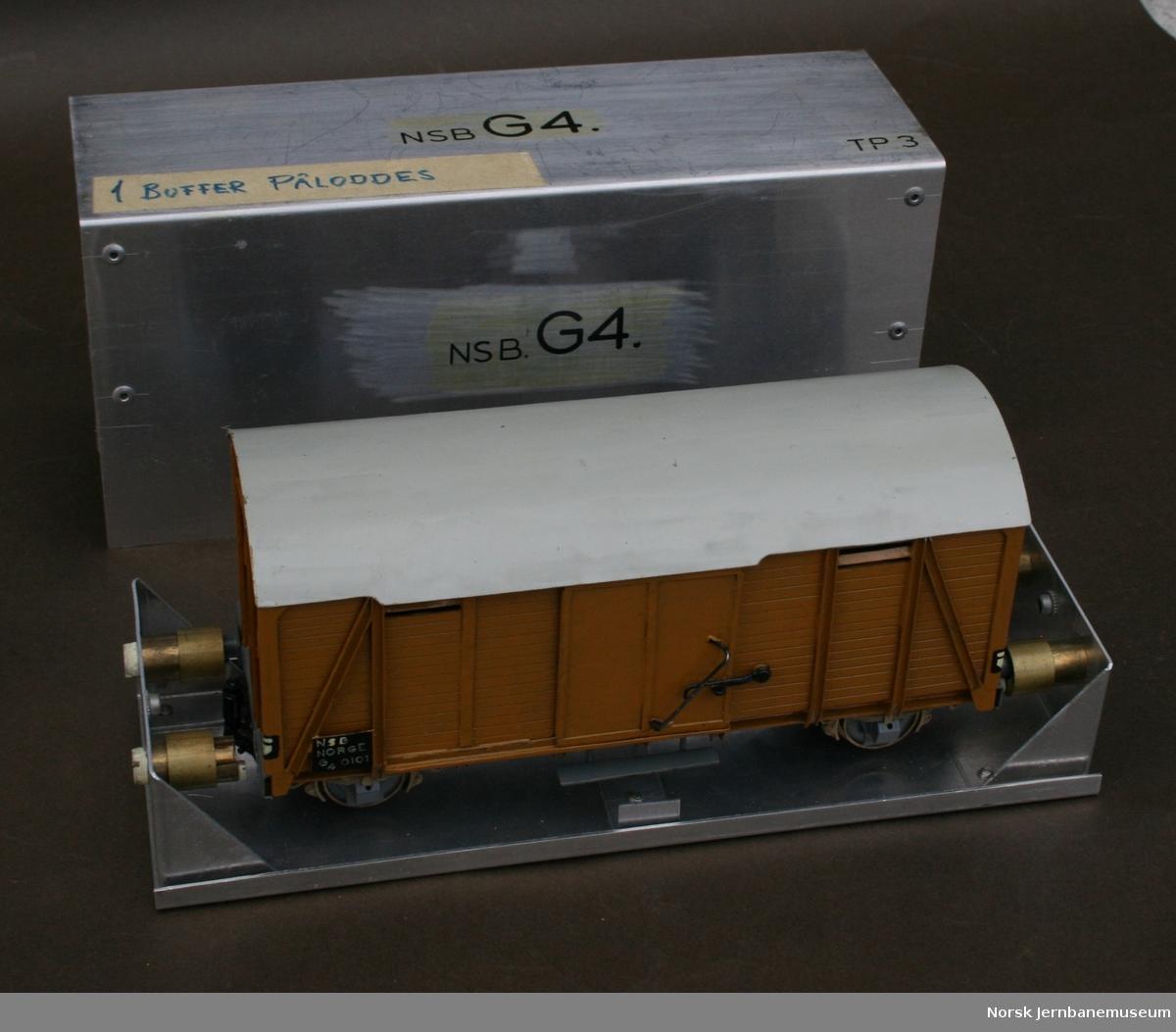 Modellbyggers egen beskrivelse: Lukket godsvogn (elefantvogn). NSB type G4. Sporvidde 32 mm, skala 0. Modellstørrelse 1:48. Isolerte hjul for 2-skinnedrift, automatkobbel av egen konstruksjon. I egenprodusert metallboks.