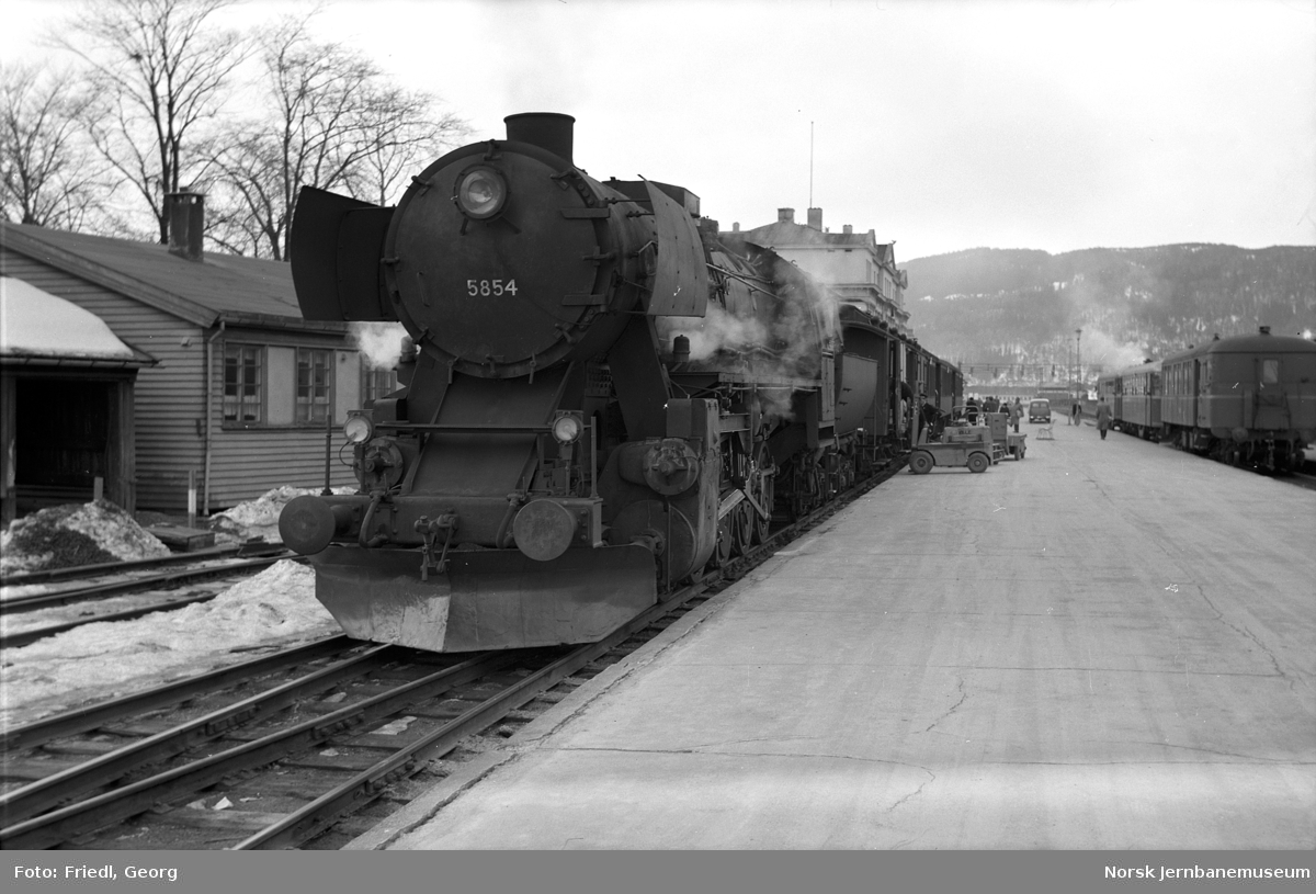 Damplokomotiv type 63a nr. 5854 foran persontog til Grong på Trondheim stasjon