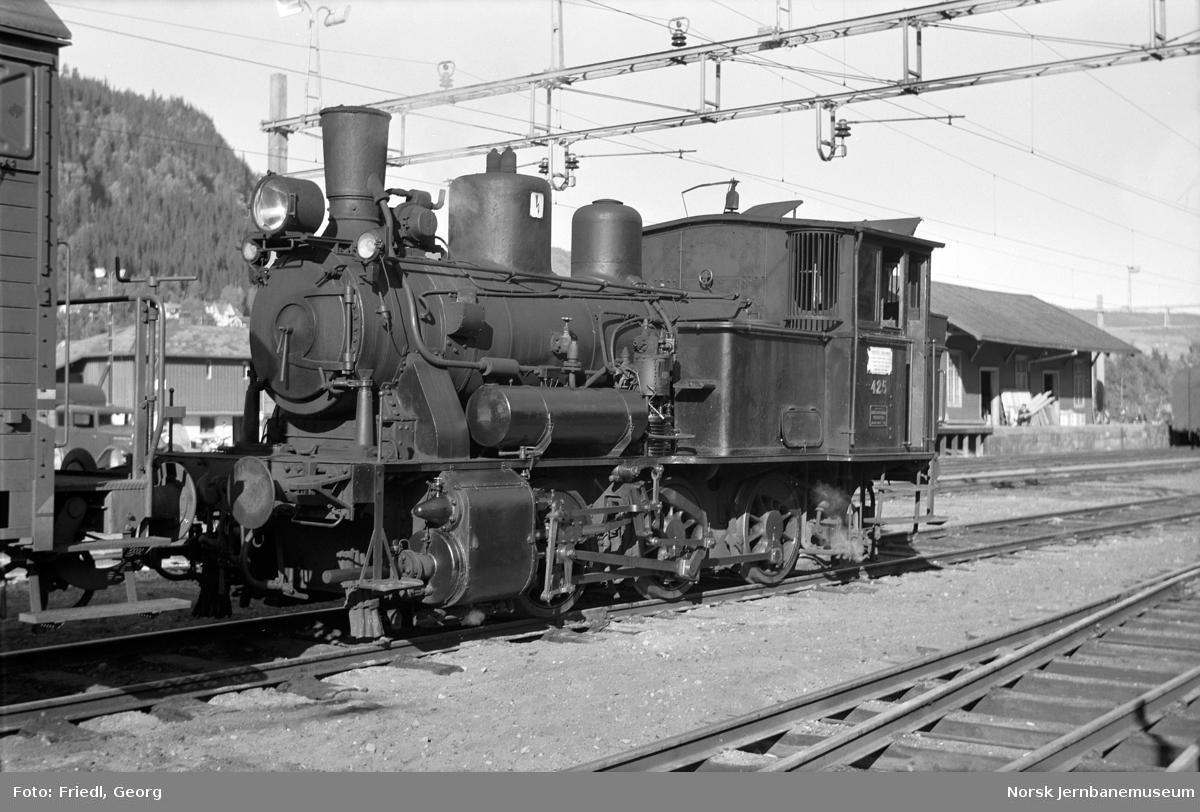 Damplokomotiv type 25d nr. 425 skifter på Ål stasjon