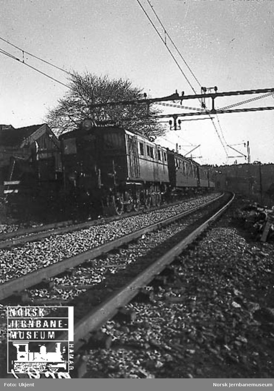 Elektrisk lokomotiv El 5 med persontog i Brynsbakken
