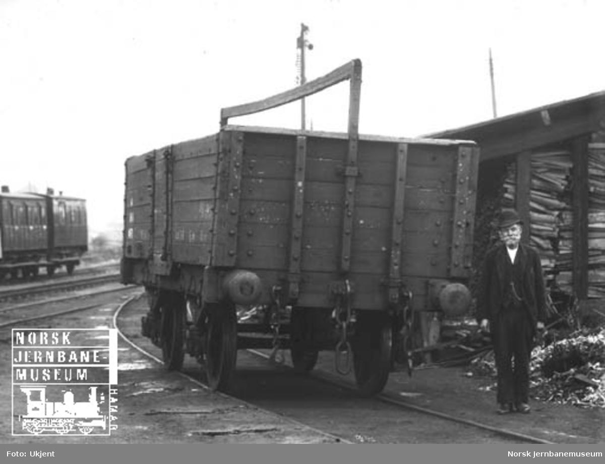 Hovedbanens kassevogn litra L nr. 1468 med verkstedformann Narvesen