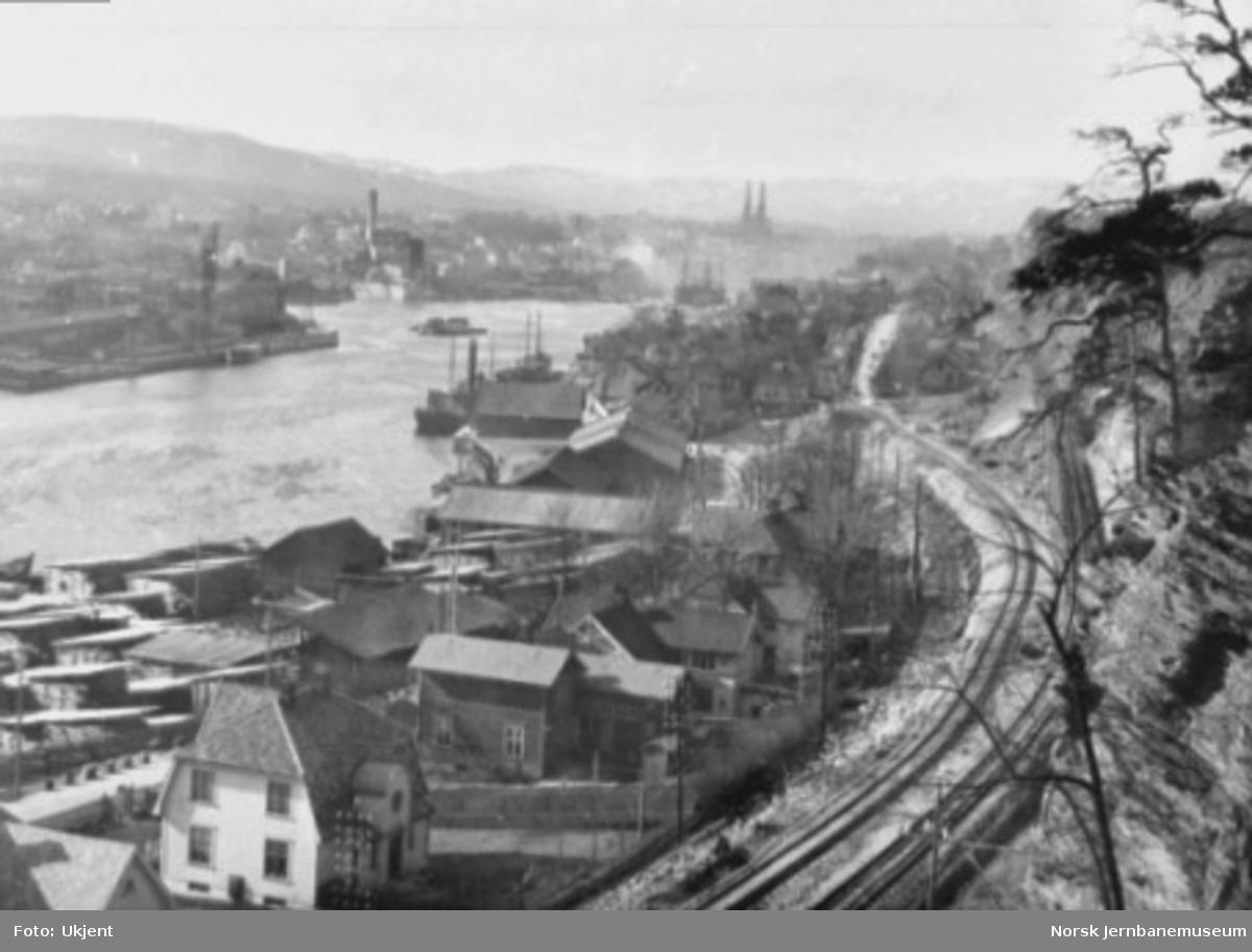 Oversiktsbilde fra Skien med Bratsbergbanen og sporet til Skien G