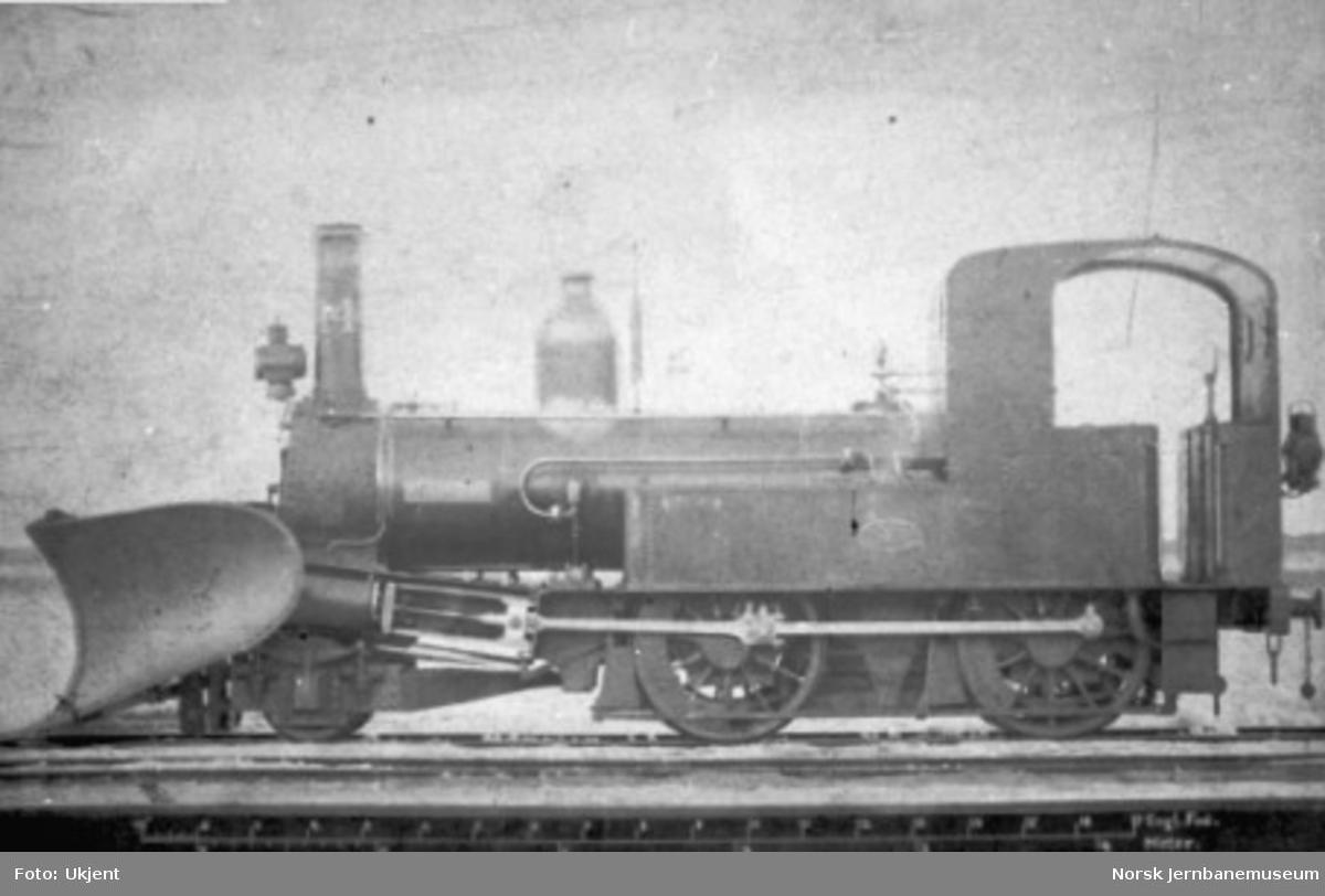 """Damplokomotiv type IV nr. 14 """"Hermod"""" med snøplog"""