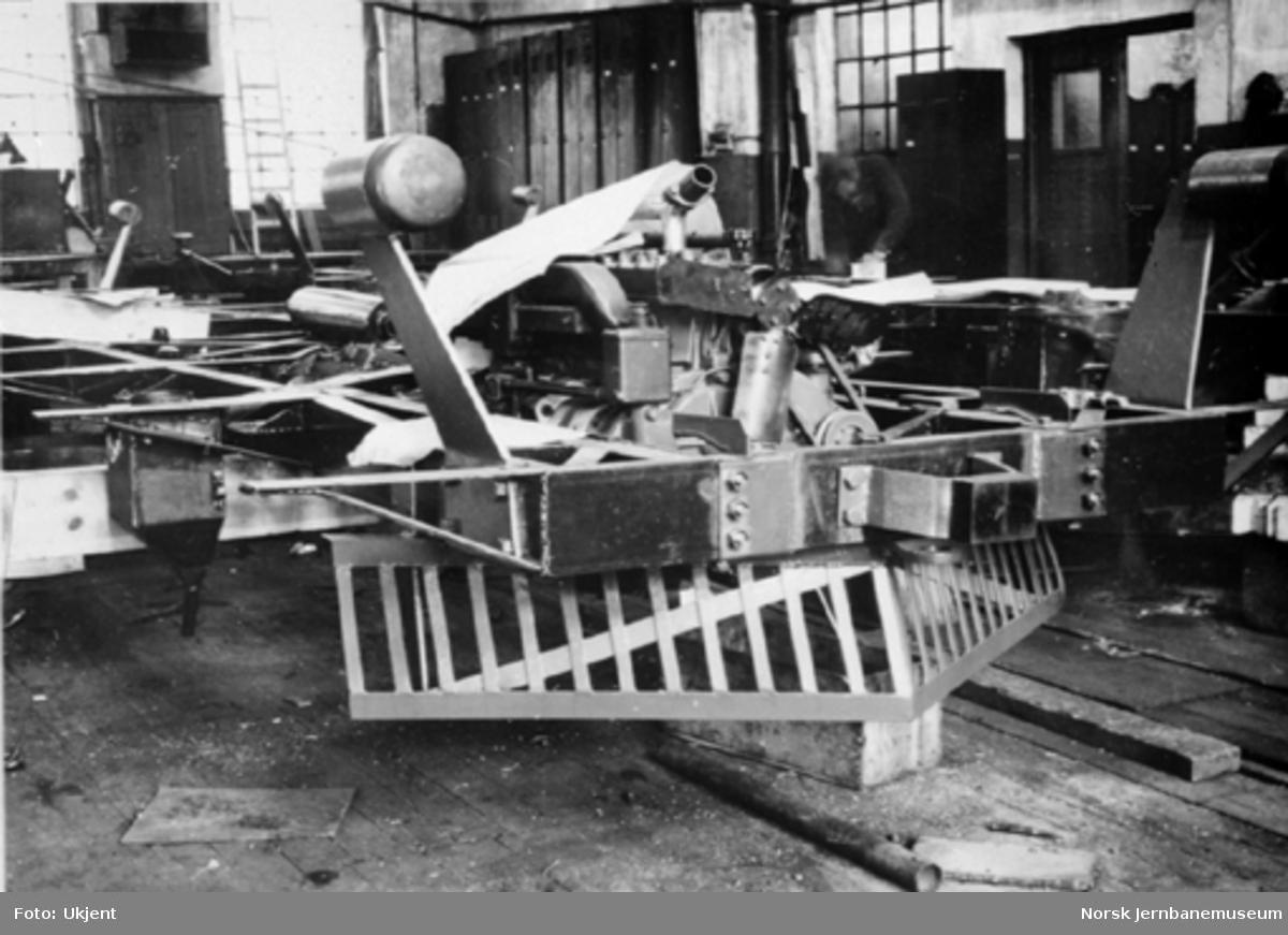 Bensinmotorvogn litra Cmb type 16 under produksjon : endeparti med kufanger og buffere