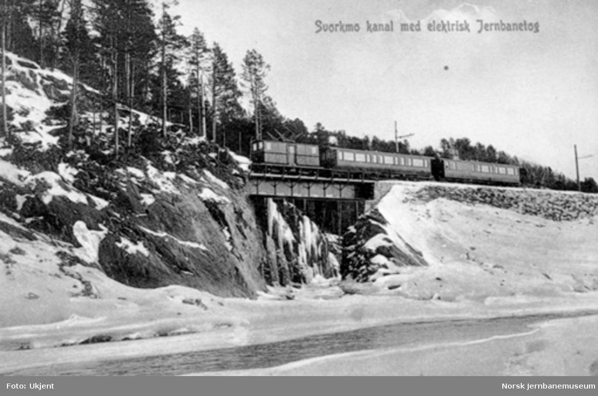Elektrisk lokomotiv med persontog på Svorkmo bru
