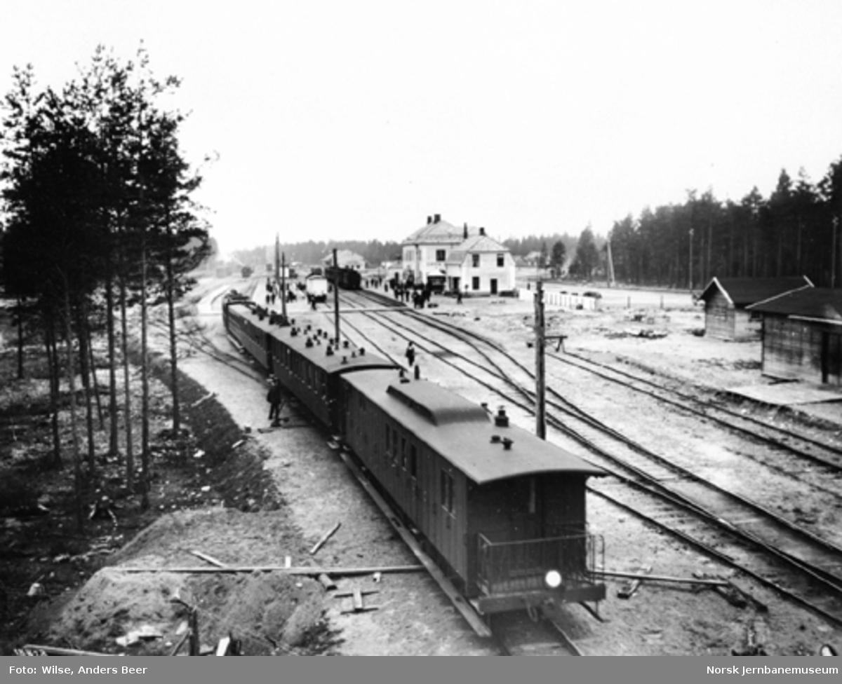 Smalsporet persontog kjører inn på Elverum stasjon