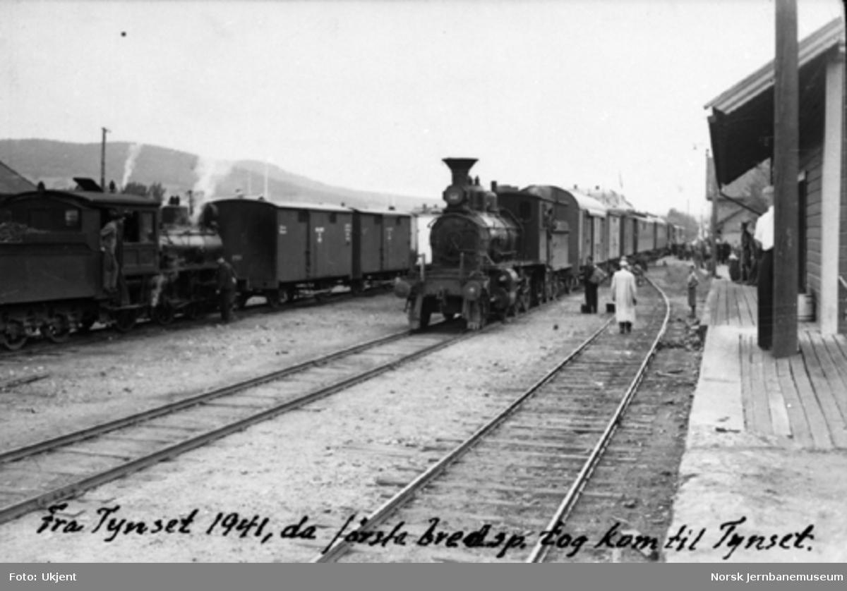 Smalspor- og normalsportog på Tynset stasjon, etter at første normalsportog var ankommet