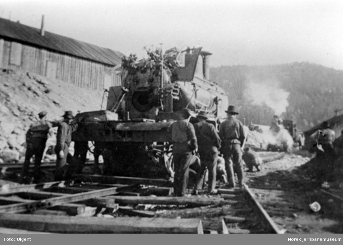 Damplokomotiv type 21a nr. 182 på Gulsvik stasjon etter å ha blitt tatt opp igjen fra innsjøen etter utforkjøring