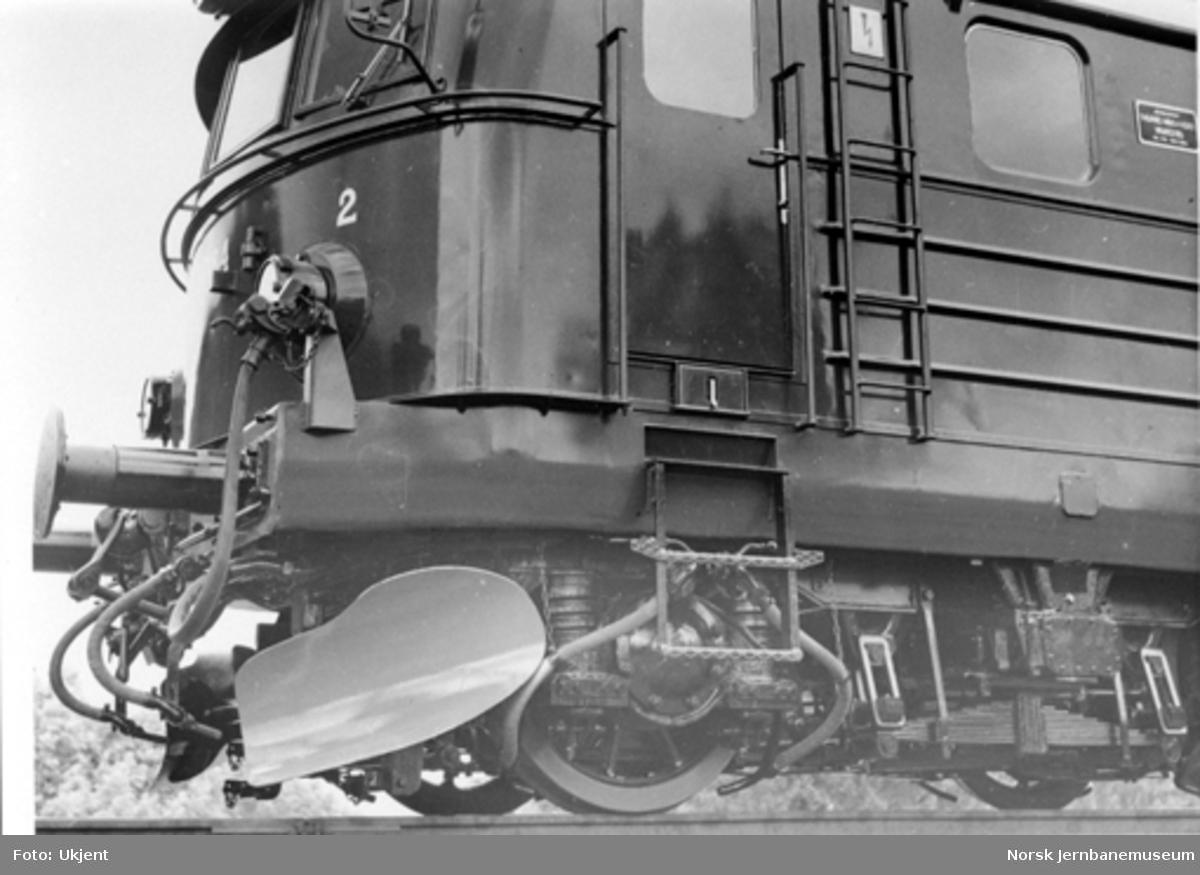 Elektrisk lokomotiv El 11 nr. 2084 : detaljbilde av fronten med plogskjær og deler av boggien