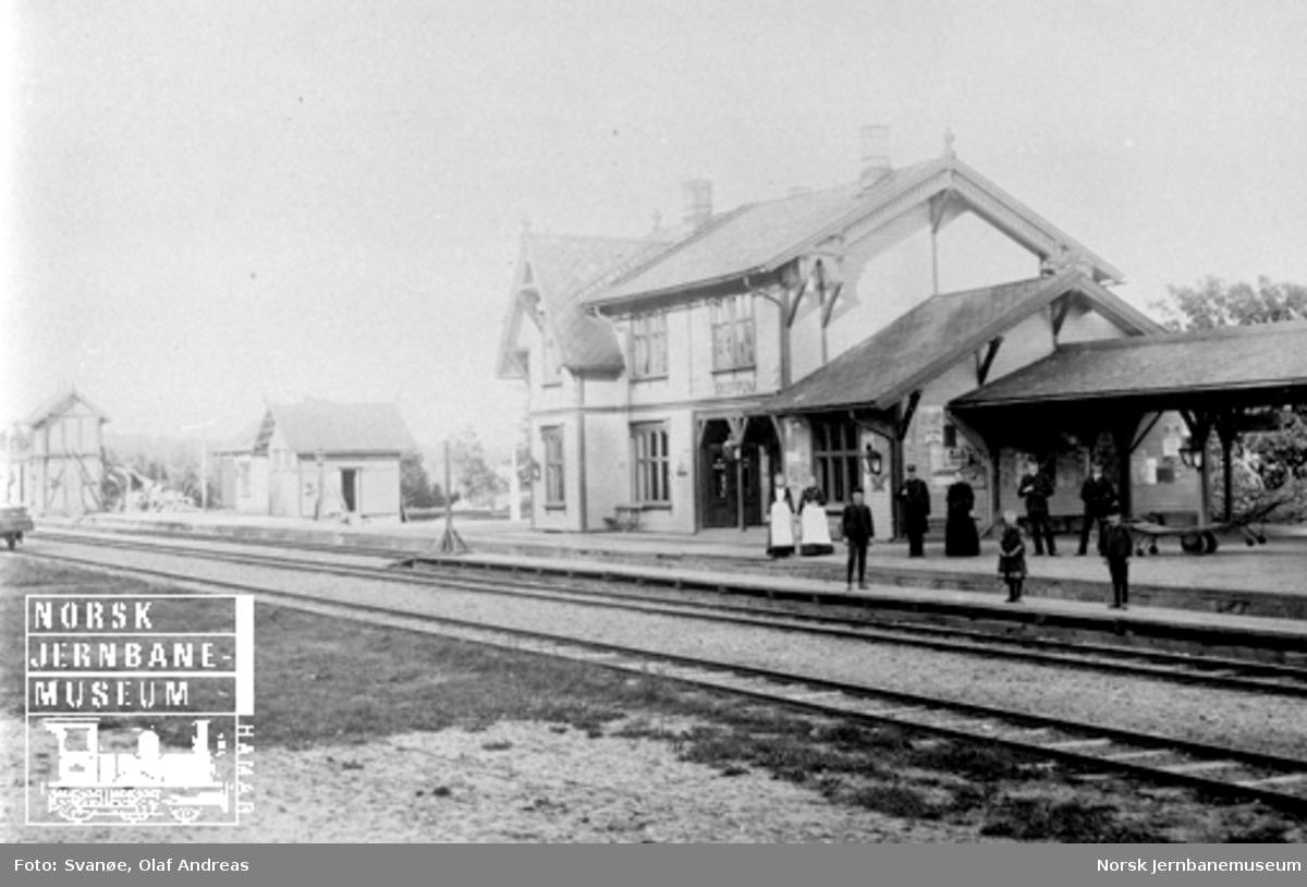 Skoppum stasjon med stasjonsbygning, plattformoverbygg, uthus og vanntårn