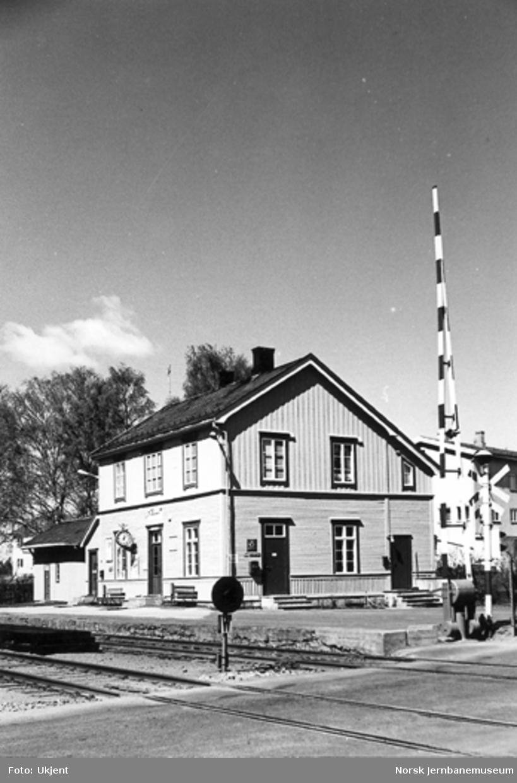 Hjellum stasjon med planovergangen