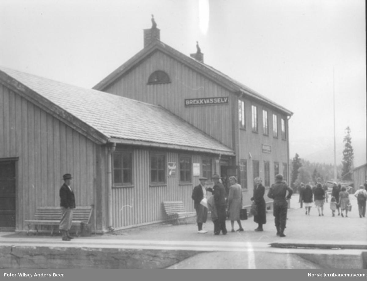 Brekkvasselv stasjonsbygning og reisende på plattformen