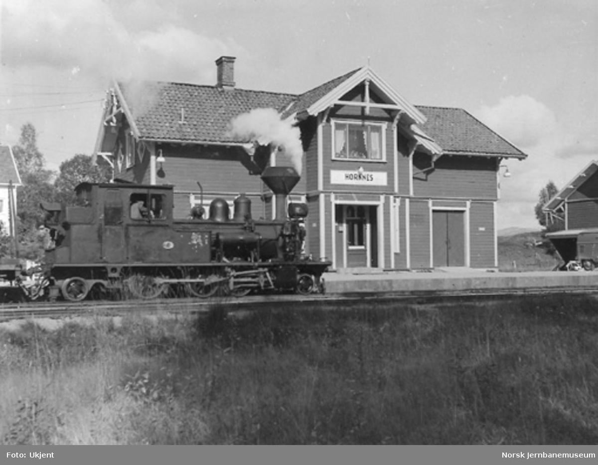 Hornnes stasjon med damplokomotiv nr. 2