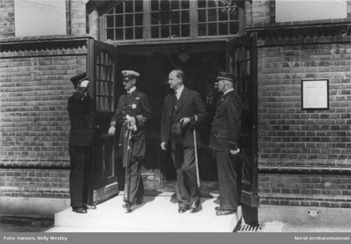 Kong Haakon ankommer Gjøvik ved byens 75 års-jubileum, hvor ordfører Ødegård tar i mot kongen