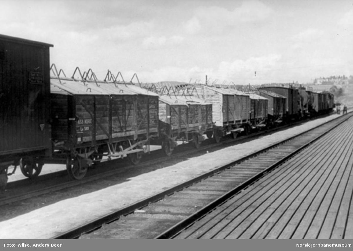 Godstog med blant annet kalkvogner på Grefsen stasjon