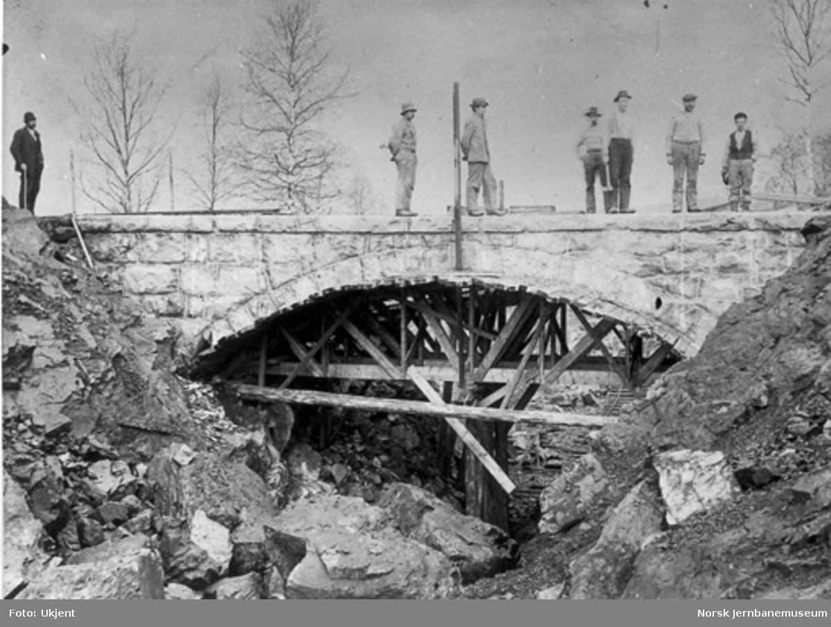Bygging av steinhvelv - trolig for vegovergang