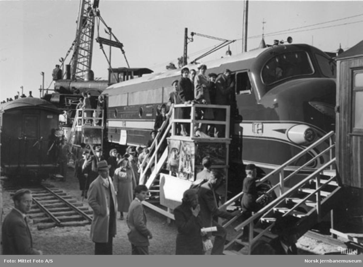 Jubileumsutstillingen 1954 : NOHAB diesellokomotiv med kran og smalspormateriell i bakgrunnen
